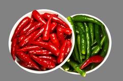 Rode en Groene Kruidige Spaanse peperpeper in de plaat Royalty-vrije Stock Foto