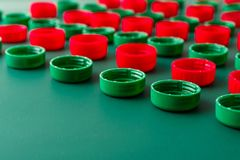 Rode en groene plastic dekking van HUISDIERENflessen stock afbeeldingen