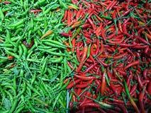 Rode en Groene Spaanse pepers voor sales†‹ Stock Foto