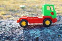 Rode en groene stuk speelgoed auto royalty-vrije stock afbeeldingen