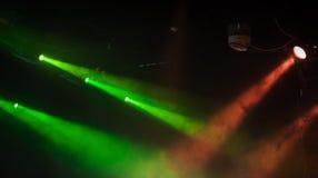 Rode en groene toneelvleklichten met sterke stralen Royalty-vrije Stock Foto's