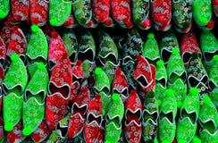 Rode en groene Turkse pantoffels Stock Foto