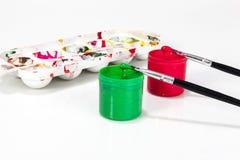 Rode en groene verfdozen met borstels Royalty-vrije Stock Foto