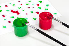 Rode en groene verfdozen met borstels Stock Afbeelding