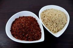 Rode en ongepelde rijst in kommen Stock Afbeelding