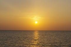 Rode en oranje purpere zonsondergang over het overzees van Thailand Royalty-vrije Stock Fotografie