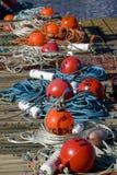 Rode en oranje vlotters in een rij Stock Afbeelding