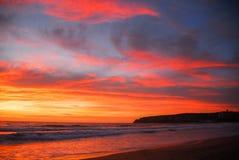 Rode en oranje zonstijging over strand Royalty-vrije Stock Foto's
