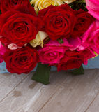Rode en roze rozen op lijst Stock Foto