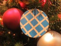 Rode en witte ballen op een Kerstboom met slinger Royalty-vrije Stock Foto