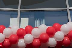 Rode en witte ballons bij een bureaugebouw in Hilden royalty-vrije stock afbeelding