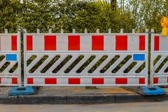Rode en witte barricades met waarschuwingslicht royalty-vrije stock afbeeldingen