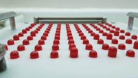 Rode en witte capsules stock afbeeldingen