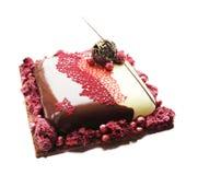 Rode en witte chocoladecake met Amerikaanse veenbessen en chocoladedecoratie stock foto