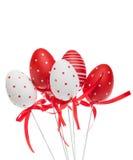Rode en witte decoratieve paaseieren met linten Royalty-vrije Stock Foto