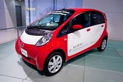 Rode en witte elektrische auto Mitsubishi Miev Stock Afbeelding