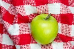 Rode en witte geruite lijstdoek met groene appel Stock Afbeelding
