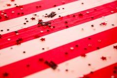 Rode en witte gestreepte lijstdoek voor verjaardagspartij Royalty-vrije Stock Afbeeldingen