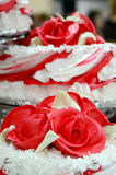 Rode en witte huwelijkscake met rozen Royalty-vrije Stock Foto's