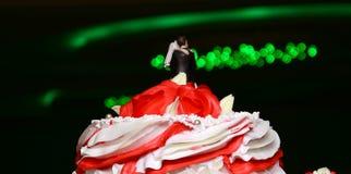 Rode en witte huwelijkscake met rozen Royalty-vrije Stock Afbeeldingen