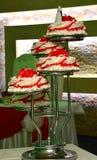 Rode en witte huwelijkscake met rozen Stock Foto