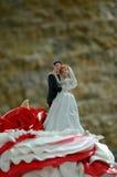 Rode en witte huwelijkscake met rozen Stock Afbeeldingen