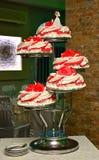 Rode en witte huwelijkscake met rozen Royalty-vrije Stock Afbeelding