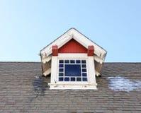 Rode en witte koekoek bij de historische bouw Stock Afbeeldingen