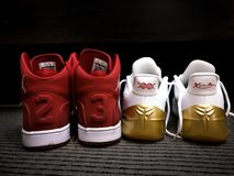Rode en witte Nike Michael Jordan 23 tennisschoenen - Kobe Bryant-nike tennisschoenen Zwarte Mamba royalty-vrije stock afbeeldingen