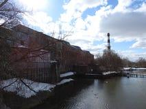 Rode en witte oude baksteen industriële pijp op blauwe hemelachtergrond Het oude beeld van het de Industrieconcept Ecologie, indu royalty-vrije stock afbeelding