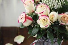 Rode en Witte Rose Bouguet in een Vaas Stock Fotografie