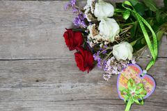 Rode en witte rozen en gekleurd hart op houten achtergrond stock foto's