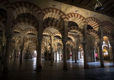 Rode en witte steenbogen in moskee-kathedraal van Cordoba in Andalusia Royalty-vrije Stock Foto's