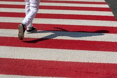 Rode en witte stegen en voetganger royalty-vrije stock foto