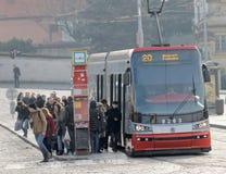 Rode en witte uitstekende tram in het spitsuur Stock Afbeeldingen