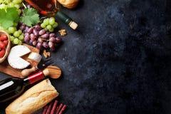Rode en witte wijn, druif, kaas en worsten stock afbeeldingen