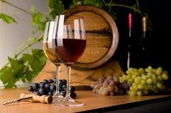 Rode en witte wijn met druiven Stock Afbeelding