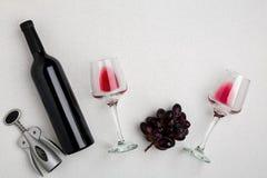 Rode en witte wijnflessen en glazen, hoogste mening Stock Fotografie