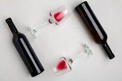 Rode en witte wijnflessen en glazen, hoogste mening Royalty-vrije Stock Foto