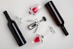 Rode en witte wijnflessen en glazen, hoogste mening Stock Afbeeldingen