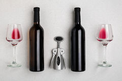 Rode en witte wijnflessen en glazen, hoogste mening royalty-vrije stock fotografie