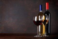 Rode en witte wijnflessen en glazen Stock Fotografie