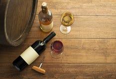 Rode en witte wijnflessen en glazen stock foto