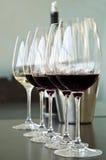 Rode en witte wijnglazen Stock Foto