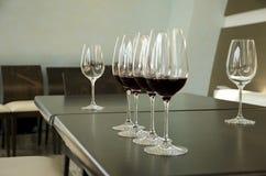 Rode en witte wijnglazen Stock Afbeeldingen