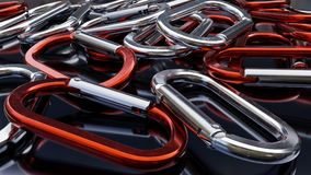 Rode en Zilveren Carabiners op Donkere Glanzende Achtergrond Stock Fotografie