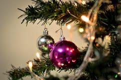 Rode en Zilveren Kerstmisballen op boom Stock Fotografie