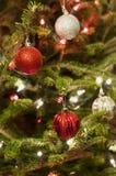 Rode en Zilveren Kerstmisornamenten met Rode en Witte Lichten Royalty-vrije Stock Foto's