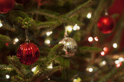 Rode en Zilveren Kerstmisornamenten met Rode en Witte Lichten Stock Foto