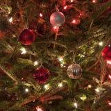 Rode en Zilveren Kerstmisornamenten met Rode en Witte Lichten Royalty-vrije Stock Foto